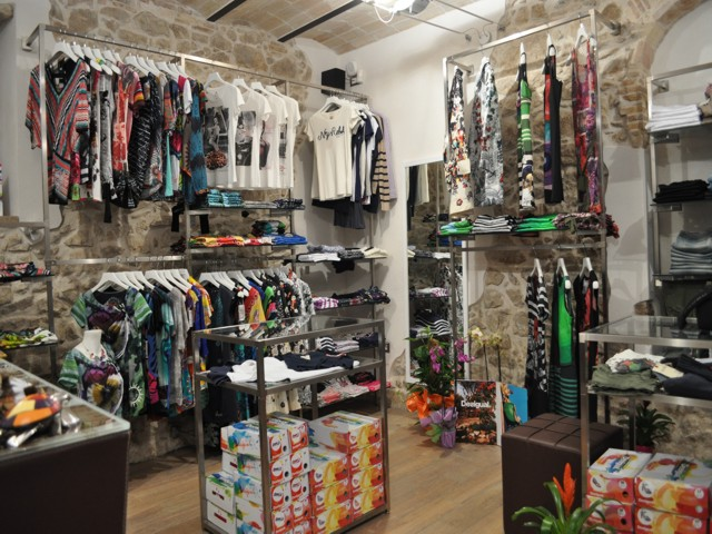 Arredamenti per negozi a Roma e nel Lazio realizzati per i nostri ... 96248d37b244